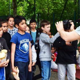 Photo des élèves de l'école Michoun en train de tourner un clip. On peut voir le caméraman Favo en train de les filmer