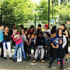 Photo d'un groupe d'élèves de l'école Michoun. Tout au long de l'année les artistes ont mené des ateliers en classe en 3 temps : découverte du mouvement hip-hop, écriture d'une chanson, enregistrement et clip vidéo.